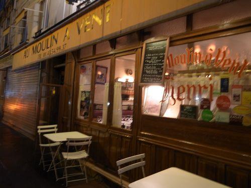 Paris, Moulin à v, extérieur